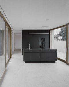 maza-moderni-juoda-virtuve